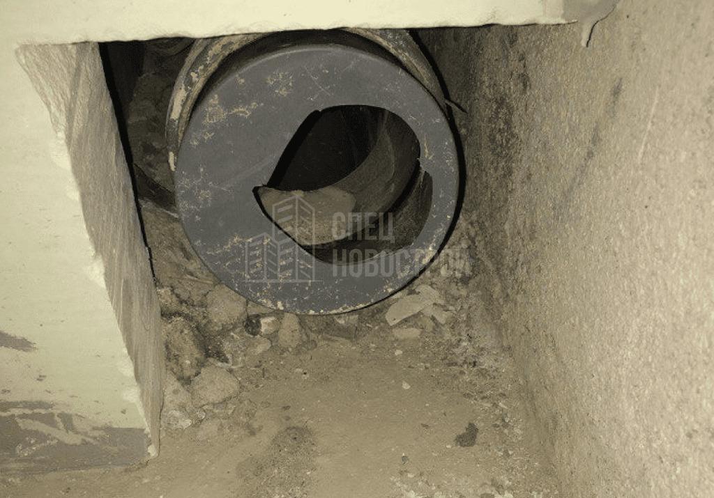 Разбита заглушка канализационной трубы