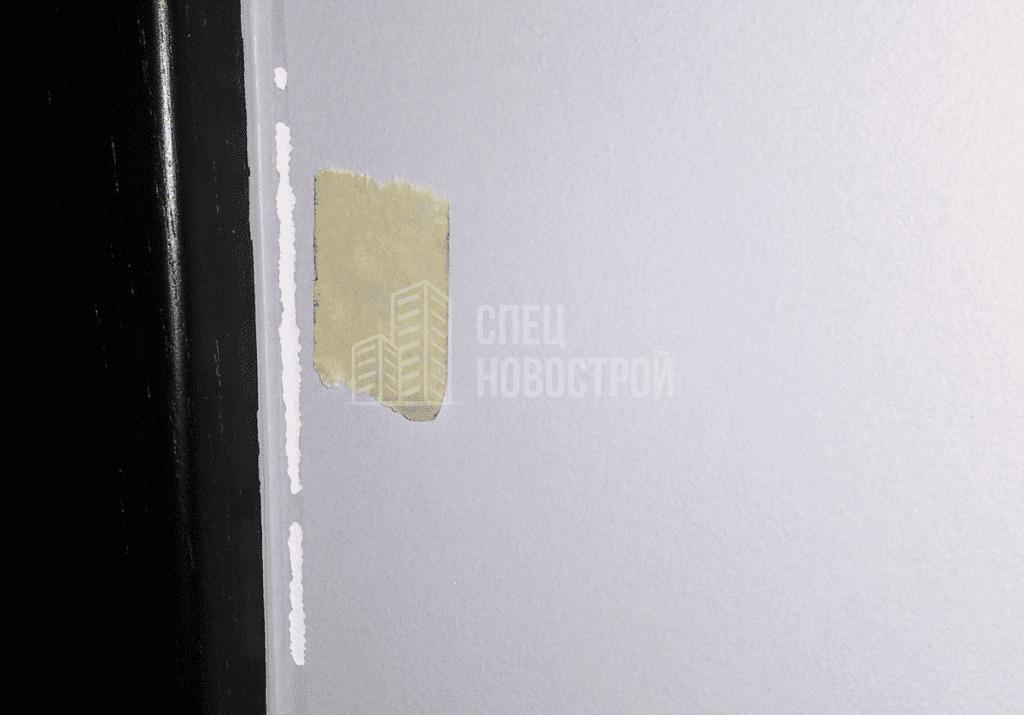 Дефект окраски возле короба входной двери