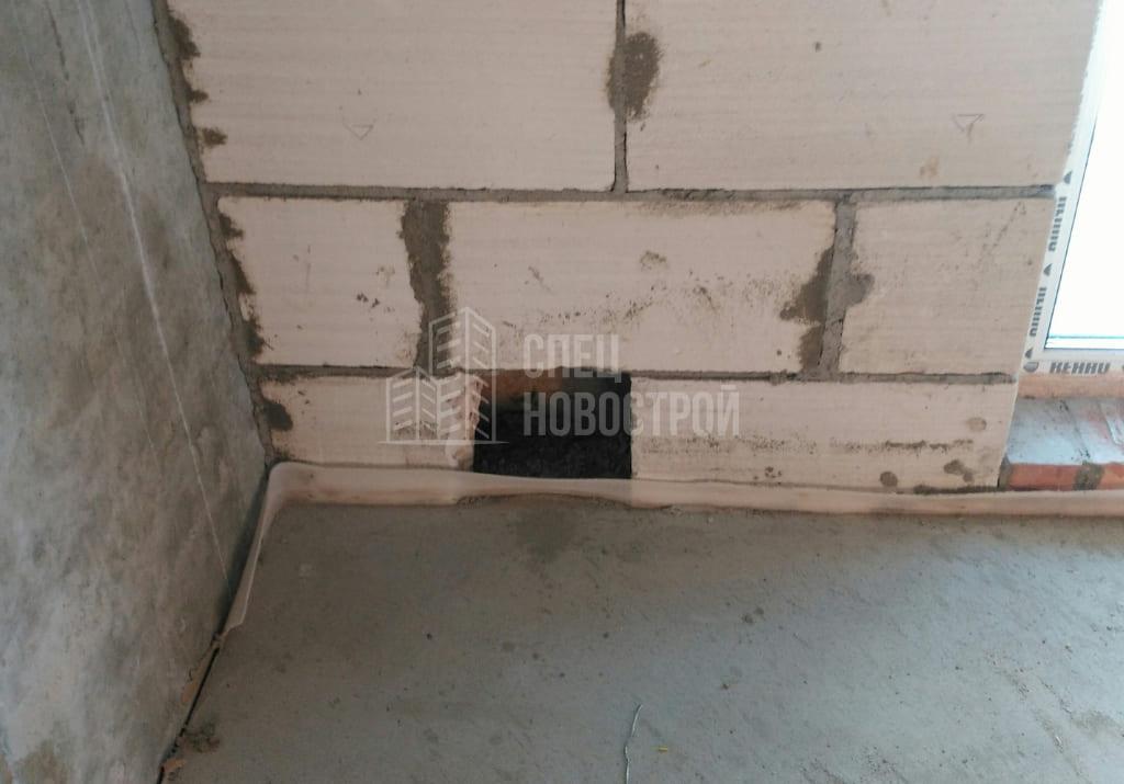 требуется заделка технического отверстия в стене около балкона