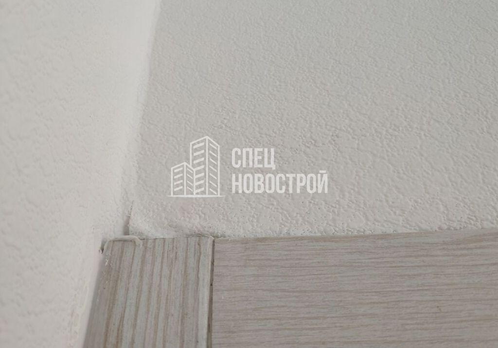 вздутие обойных полотен над наличником двери в комнату