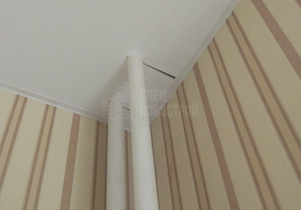 некачественно смонтирован стык между потолком и стояками отопления