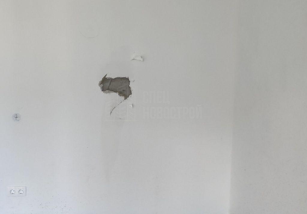 не отшлифован участок стены, не поклеены обои