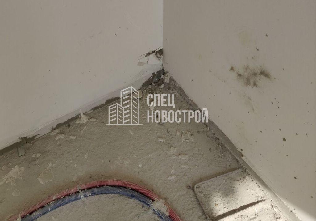 повреждение штукатурного слоя стены