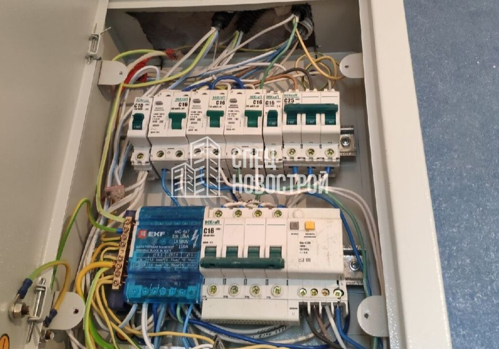 в щите механизации не установлена панель, скрывающая провода