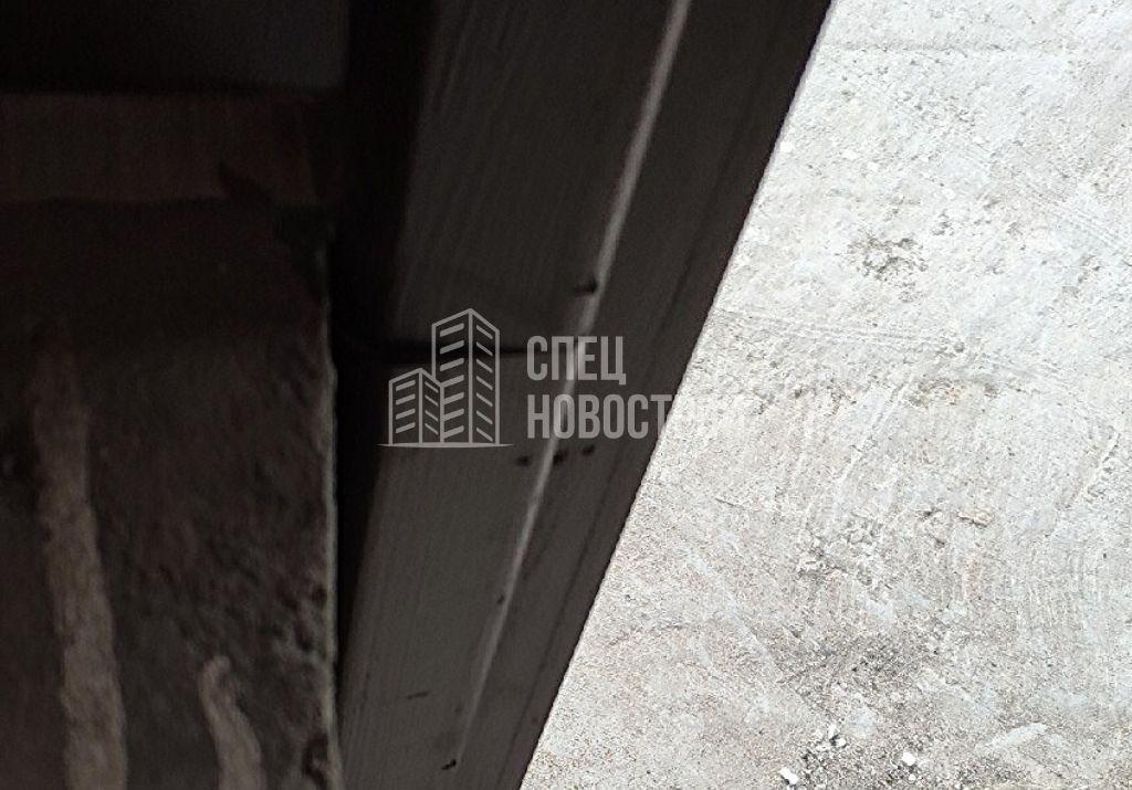 уступы между смежными частями наличника балконного блока