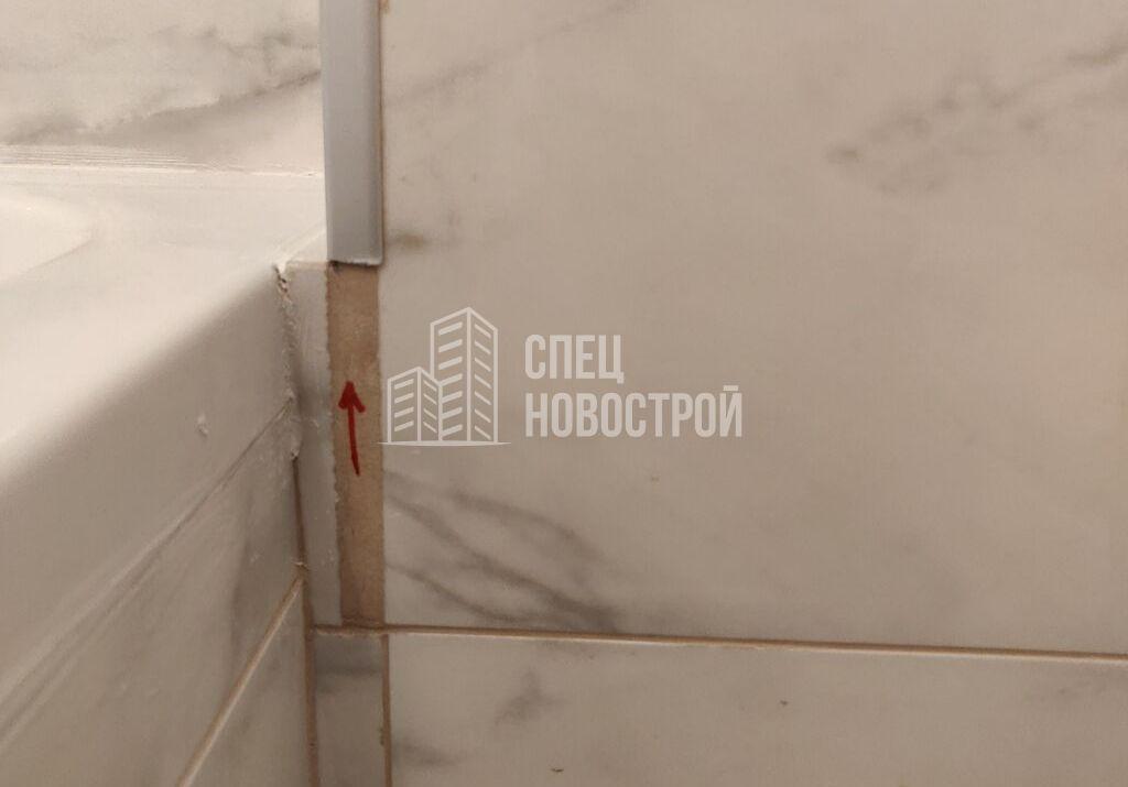 некачественная подрезка плитки около ванны