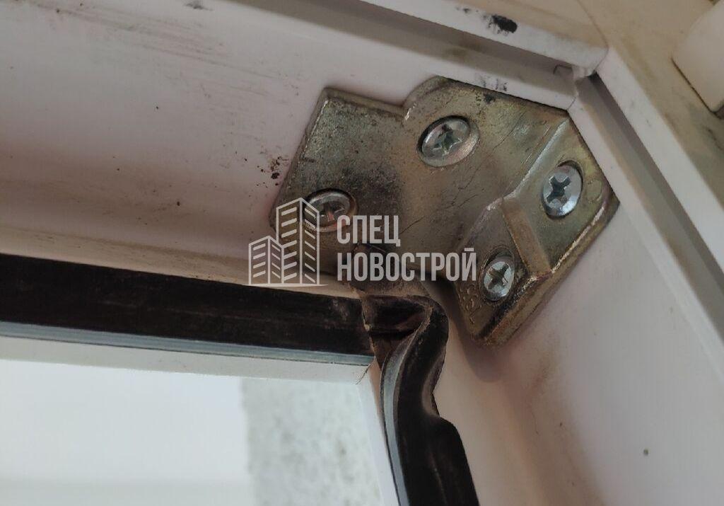 замята уплотнительная резинка в правом верхнем углу балконного блока