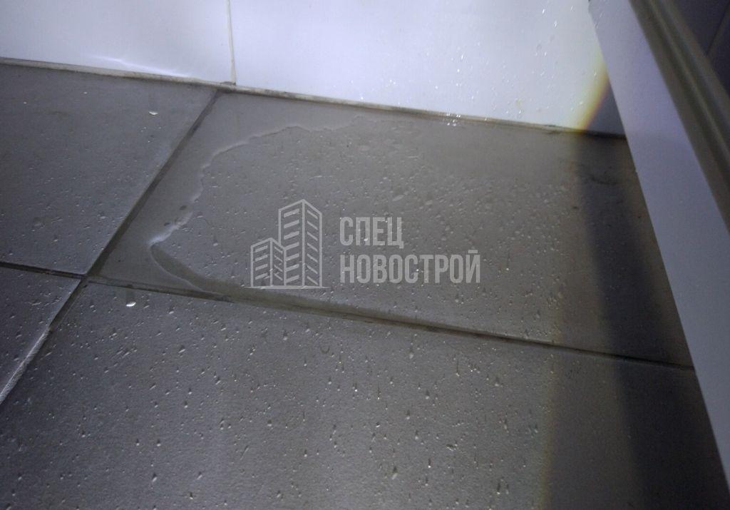 следы протечки под ванной