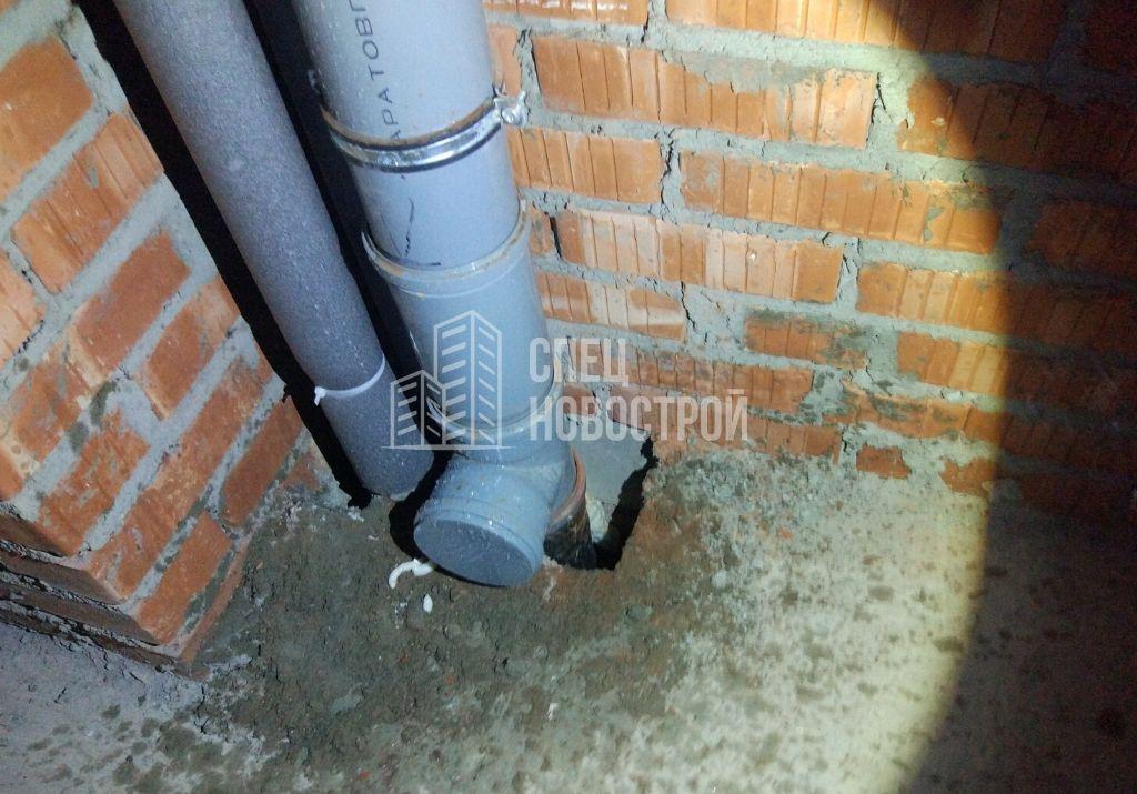 не заделано сквозное отверстие в плите перекрытия в районе стояков водоснабжения, канализации