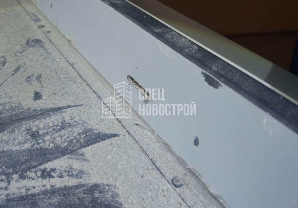 отсутствуют накладки дренажных отверстий, не удалена монтажная плёнка снаружи оконного блока