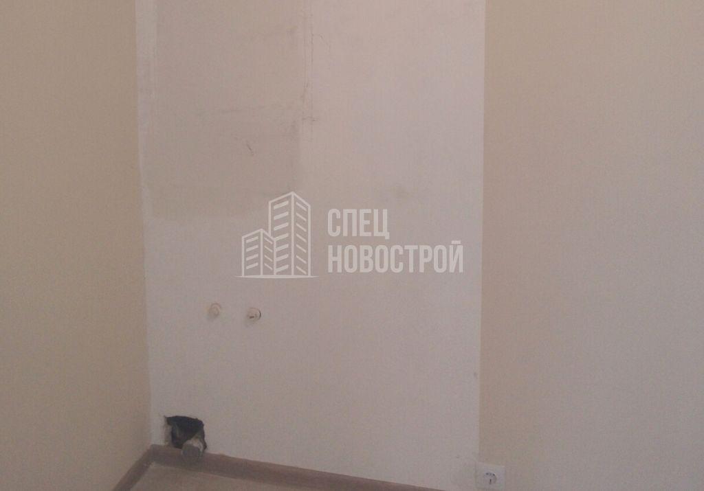 отсутствует обойное полотно, не заделано отверстие под вывод канализации