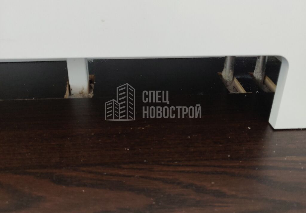 некачественно подрезана паркетная доска в зоне подключения радиатора отопления