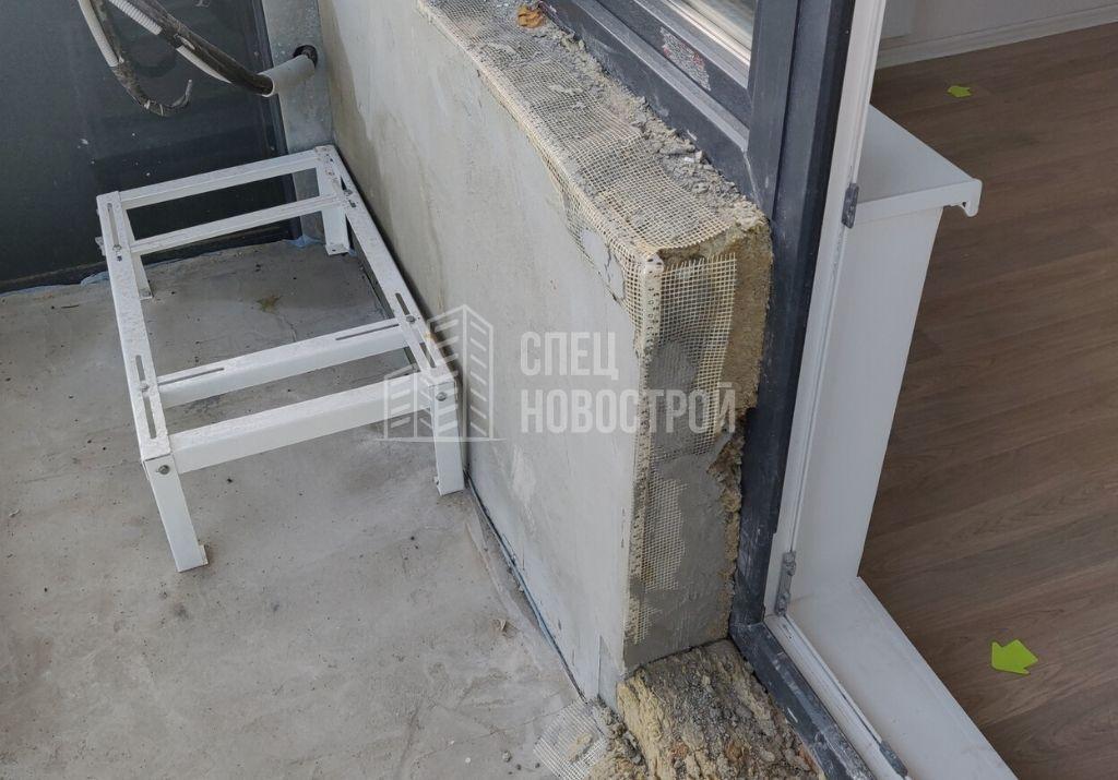 не выполнены работы по оштукатуриванию фасадной стены и порога на балконе