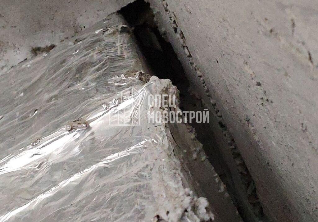 щель в месте прохода вентиляционного канала через плиту перекрытия