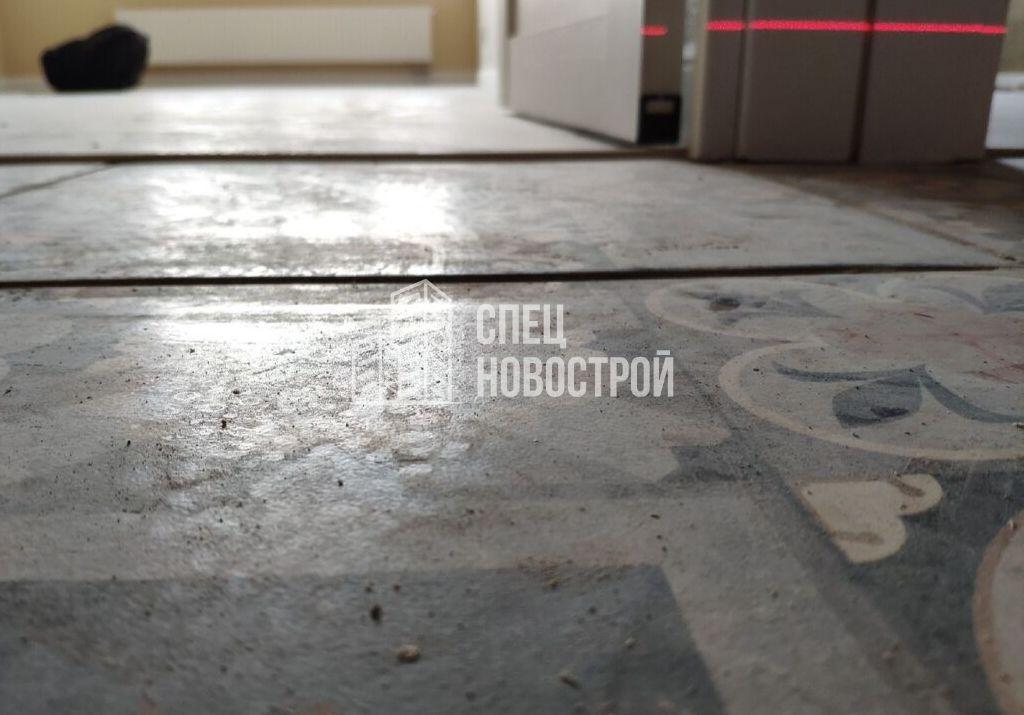 уступы напольной плитки в коридоре