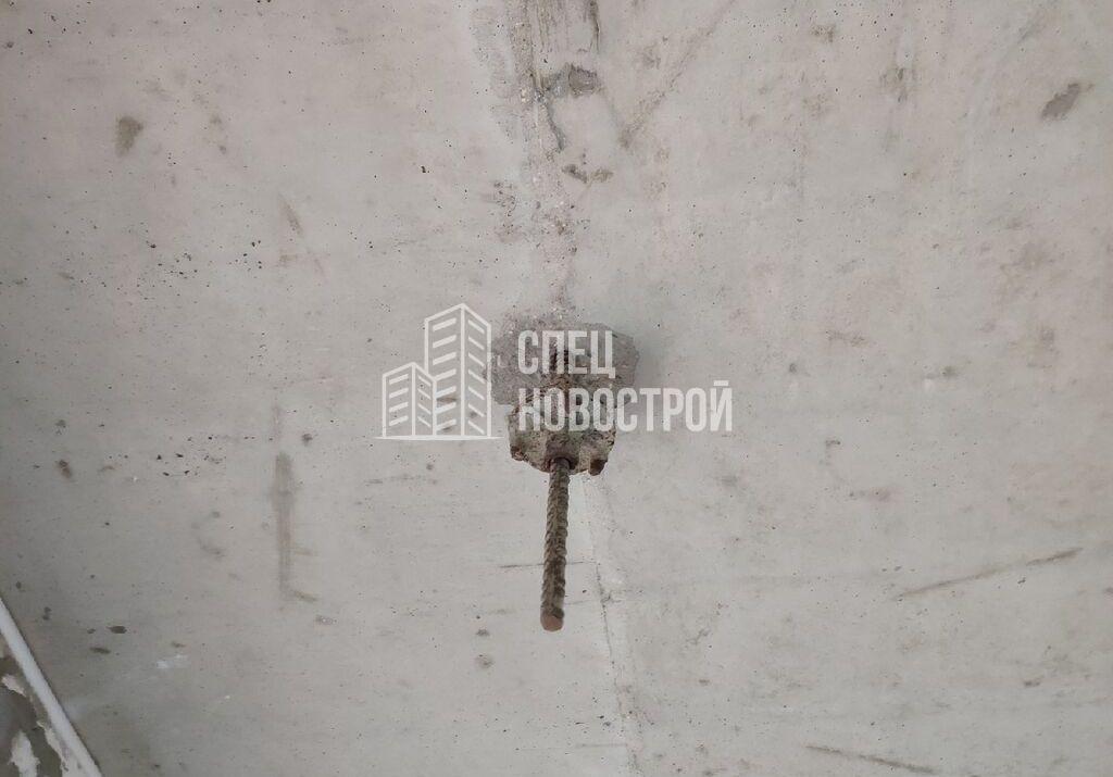 не срезана арматура на потолке