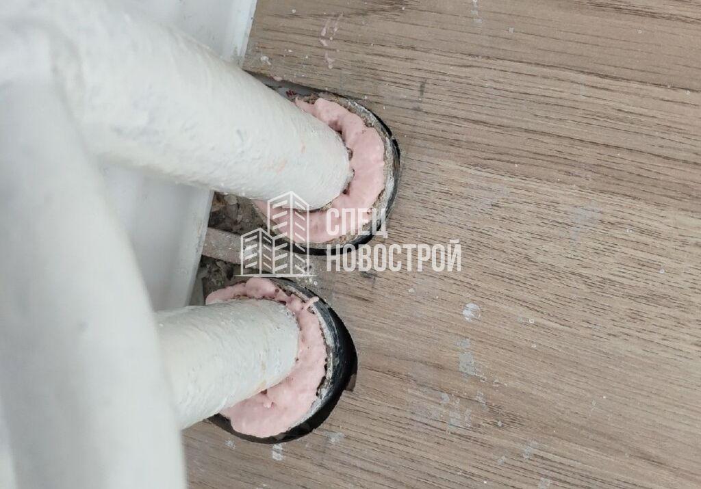 некачественно заделаны стыки между стояками отопления и полом; стояками отопления и потолком
