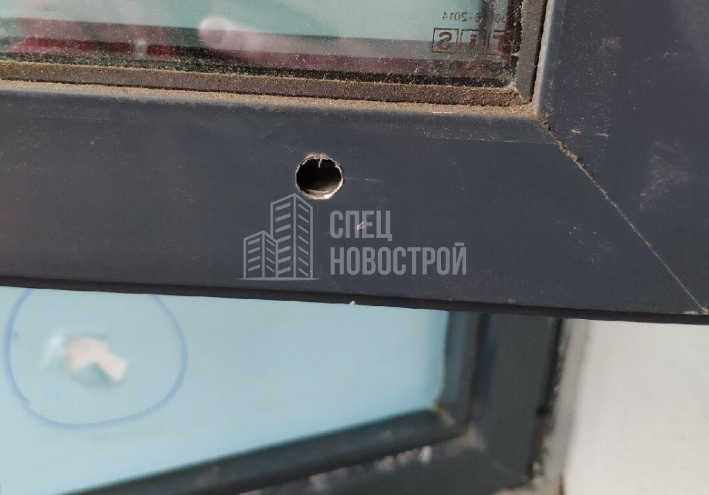 отсутствует часть накладок на дренажные отверстия оконного блока