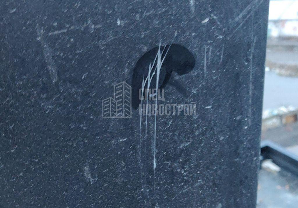 царапины на внешних откосах оконного блока
