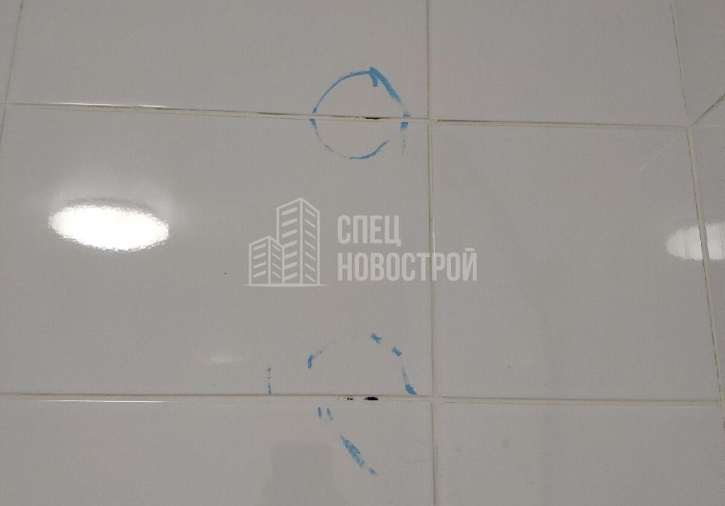 пропуски затирки в межплиточных швах над ванной