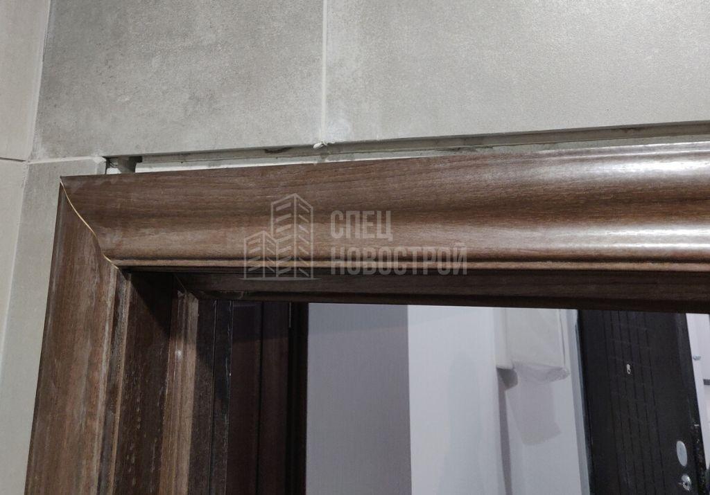 коротко подрезана плитка над межкомнатной дверью