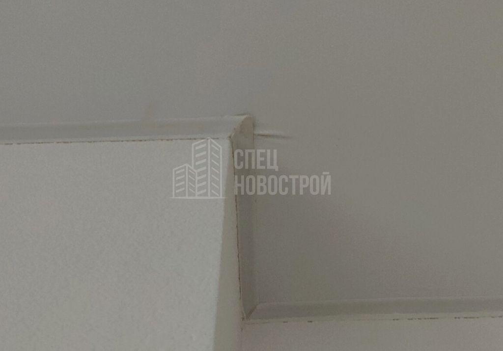 складки на полотне натяжного потолка в углу ниши