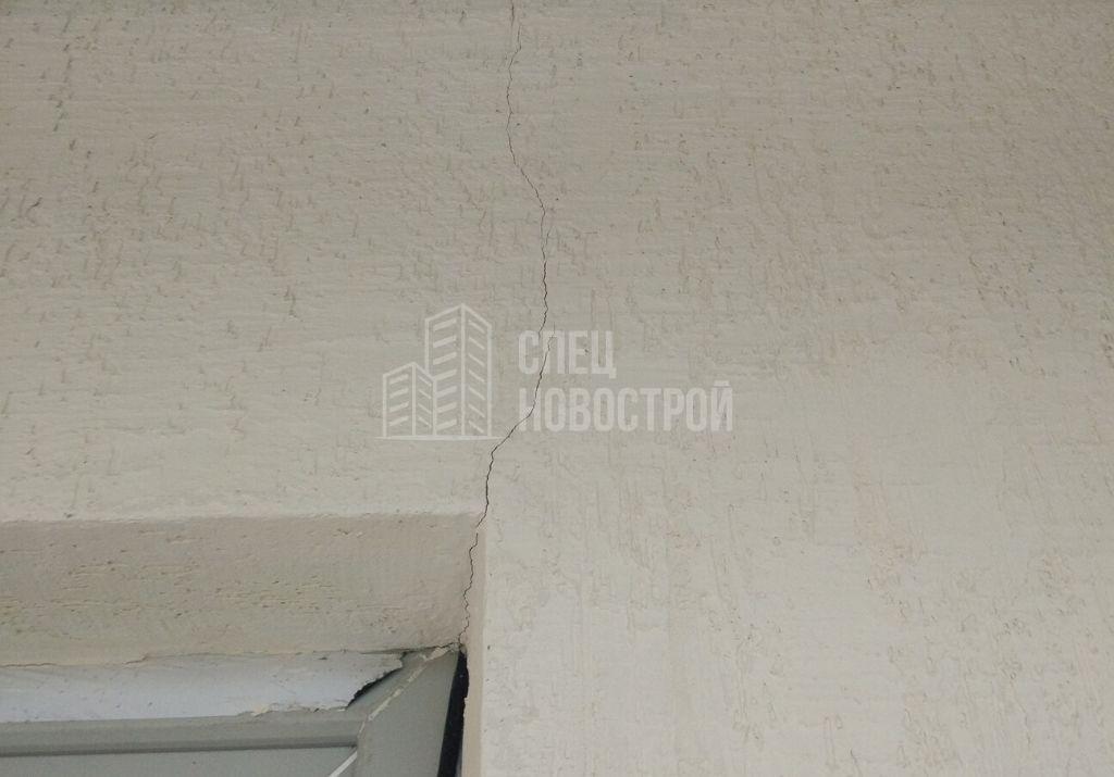 трещина на декоративной штукатурке фасадной стены