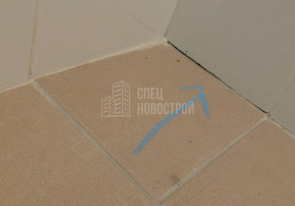 отсутствует герметик на примыкании настенной и напольной плитки