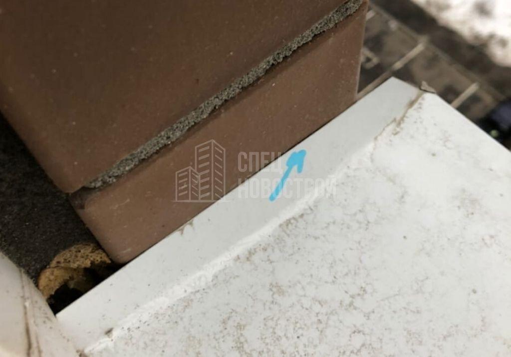 отсутствует герметик по краям отлива всех оконных блоков квартиры