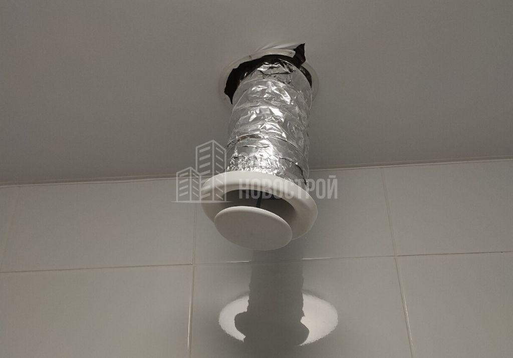 не закреплена вентиляция в санузле, порвано полотно натяжного потолка