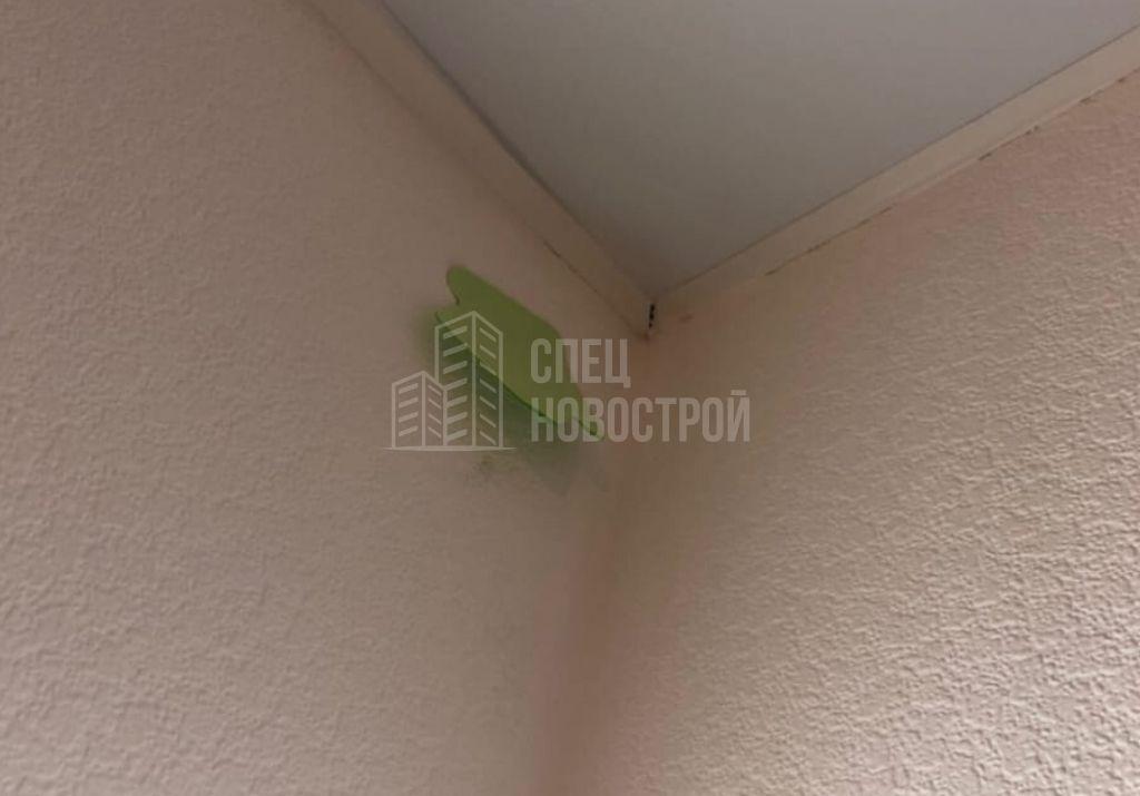 коротко подрезаны молдинги натяжного потолка