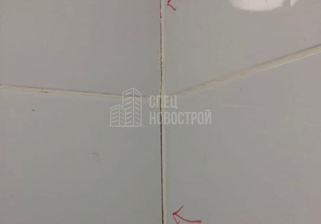 трещины в затирке по углам стен обоих санузлов