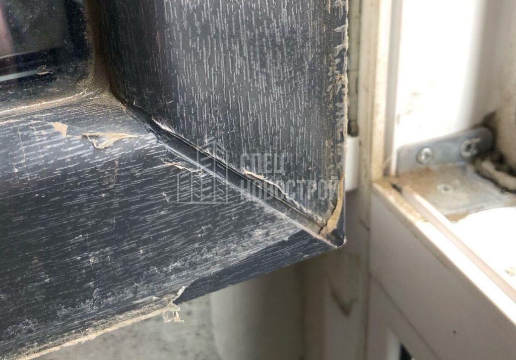 не удалена пленка с ПВХ профилей створок и рамы с внешней стороны всех оконных блоков