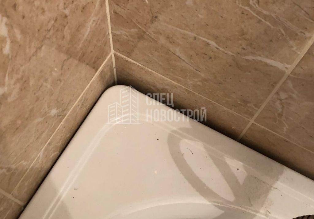 отсутствует герметик на стыке ванны