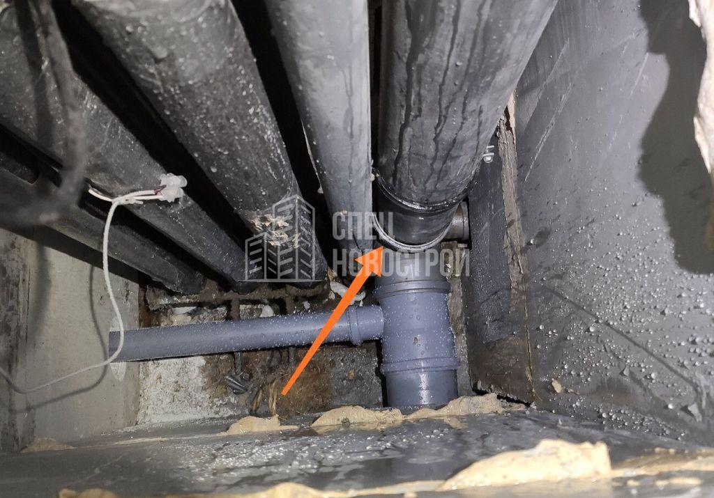 канализационный стояк не заправлен в тройник (протечка)