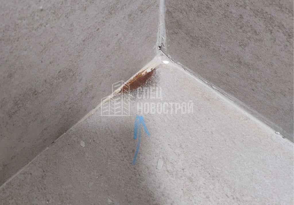 следы ржавчины на напольной плитке