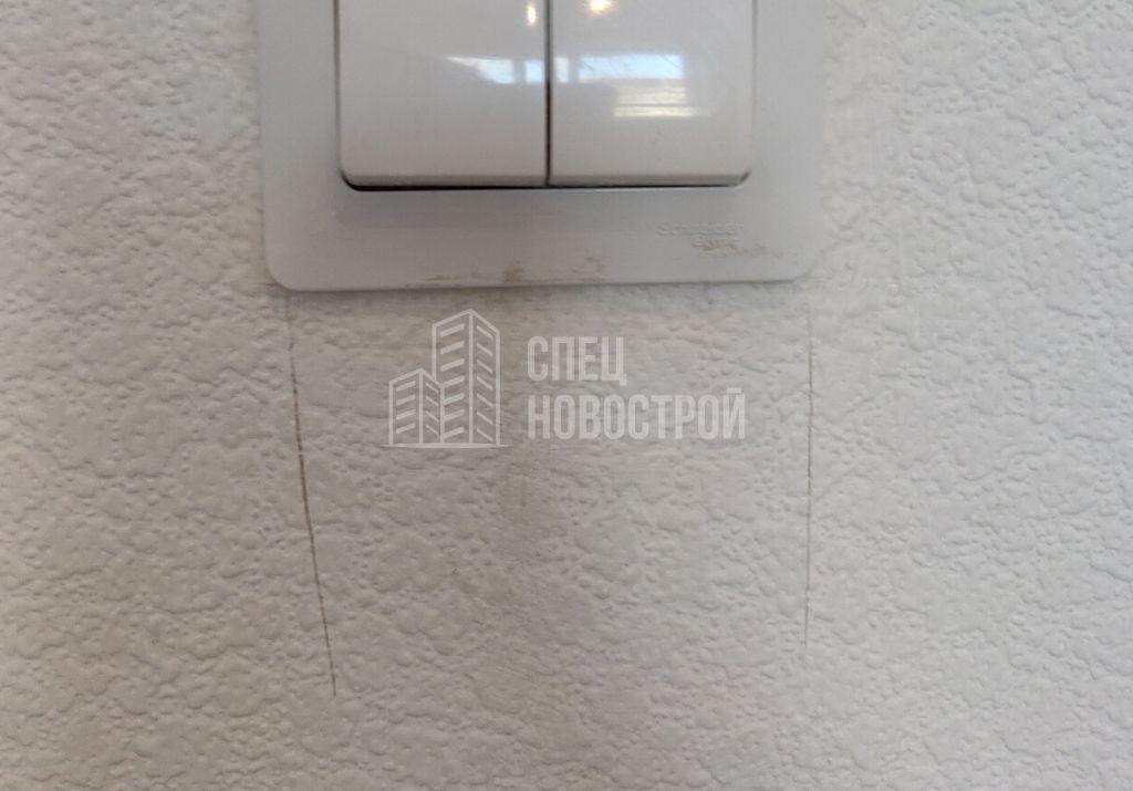 прорезы на обойном полотне у выключателя света
