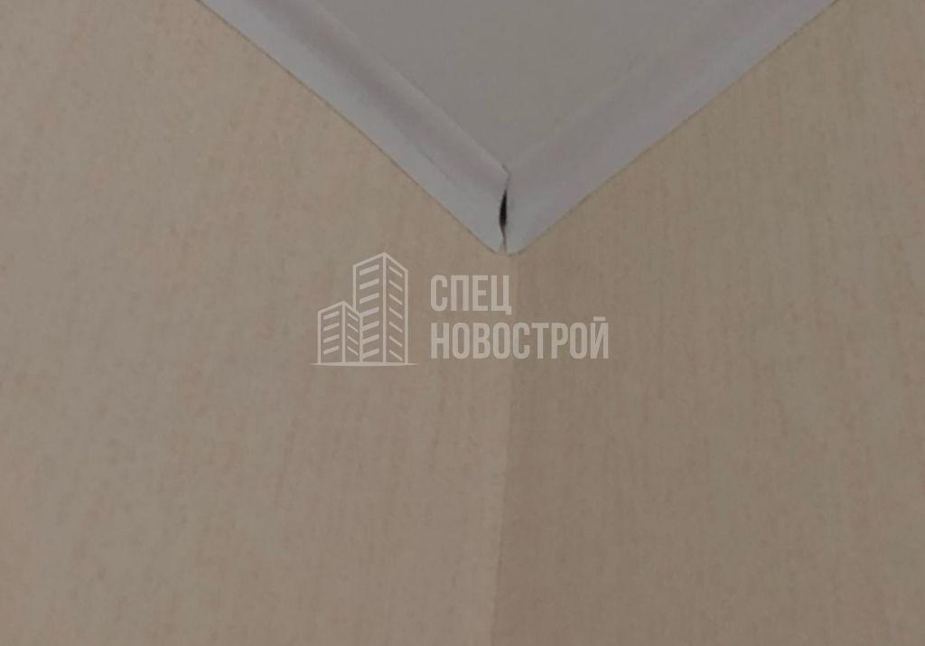 коротко подрезаны молдинги натяжного потолка кухни