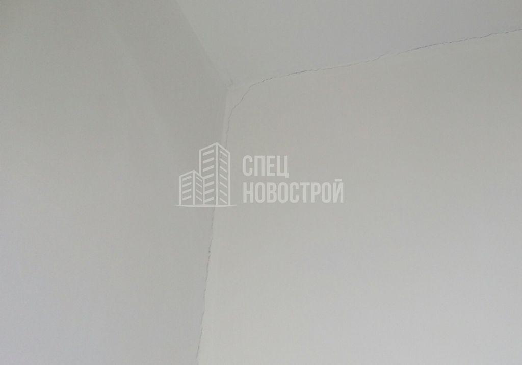 трещины в углу комнаты