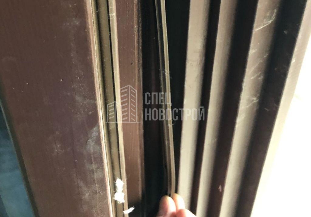 уплотнители створок оконного блока и балконной двери частично не заправлены в паз
