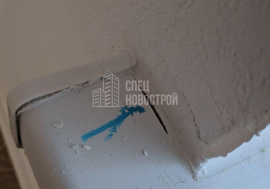 коротко подрезан подоконник (щель на примыкании к стене)