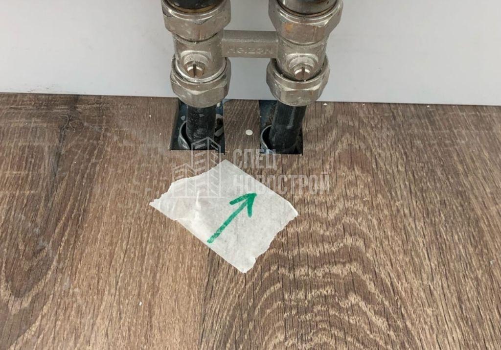 отсутствуют декоративные накладки на примыкании подводки водоснабжения отопительных приборов