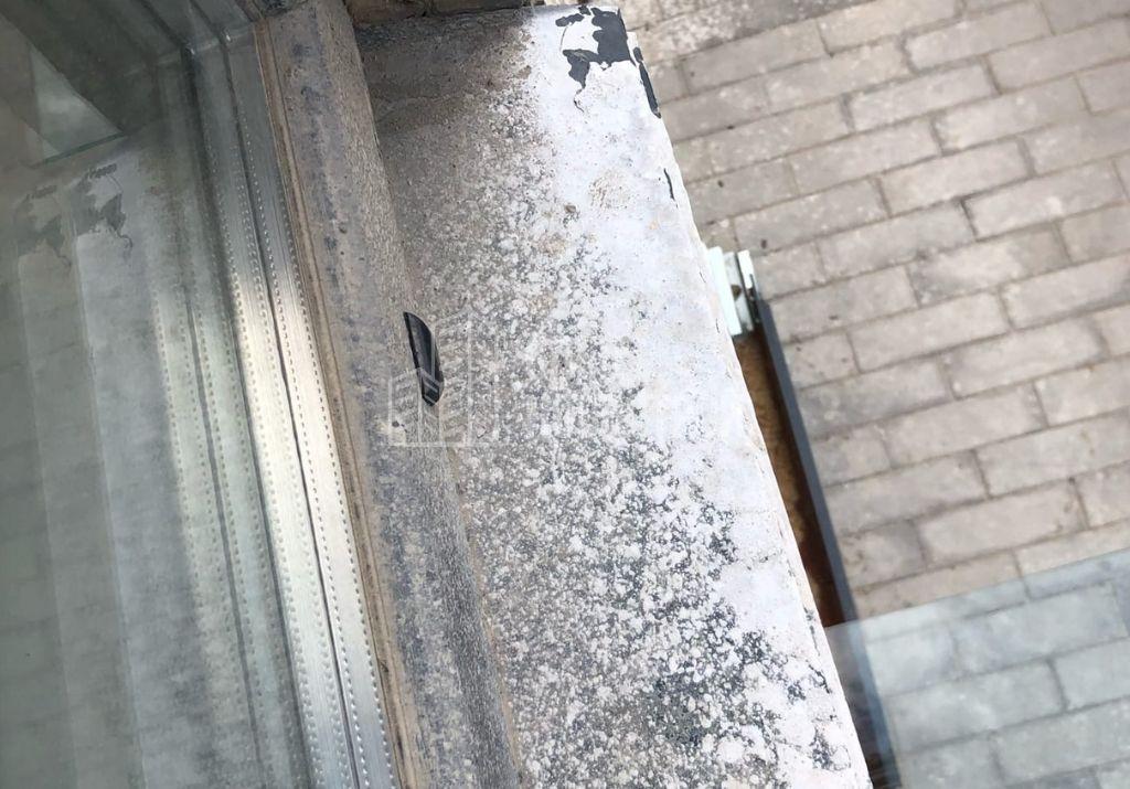 остатки строительного раствора на водоотливе и ПВХ профиле оконного блока с внешней стороны