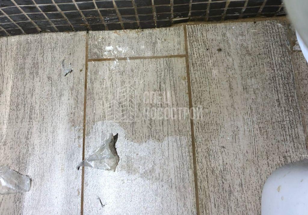 следы протечки под унитазом (протечка водоснабжения унитаза)
