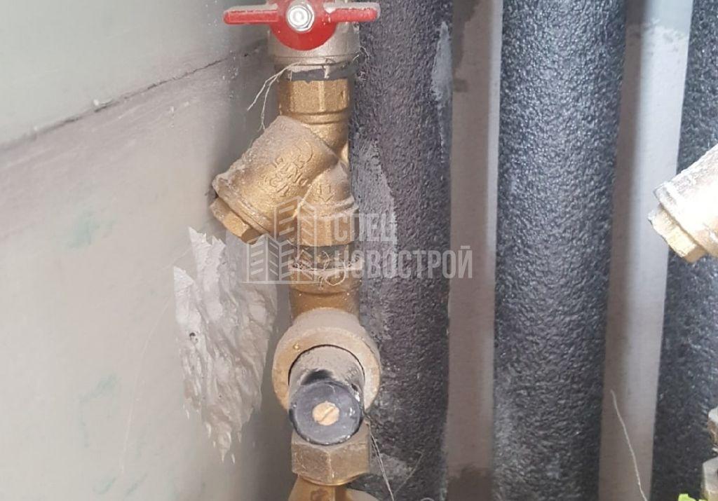 корпус грязевого фильтра на стояке ГВС упирается в стену (нет возможности для обслуживания)