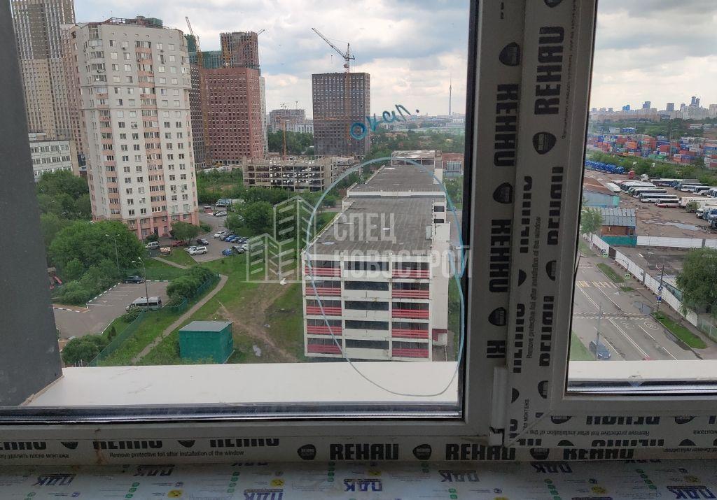 окалины и царапины на стеклопакетах оконного блока