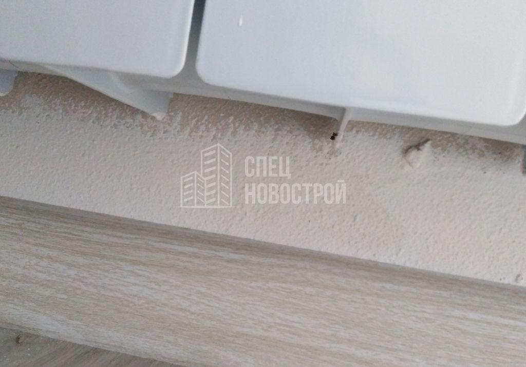 отсутствует обойное полотно за радиатором отопления