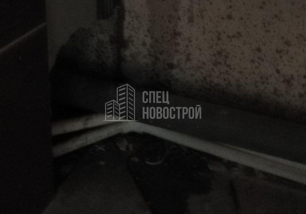отсутствует герметизация ванны по периметру примыкания к стене (протечка)