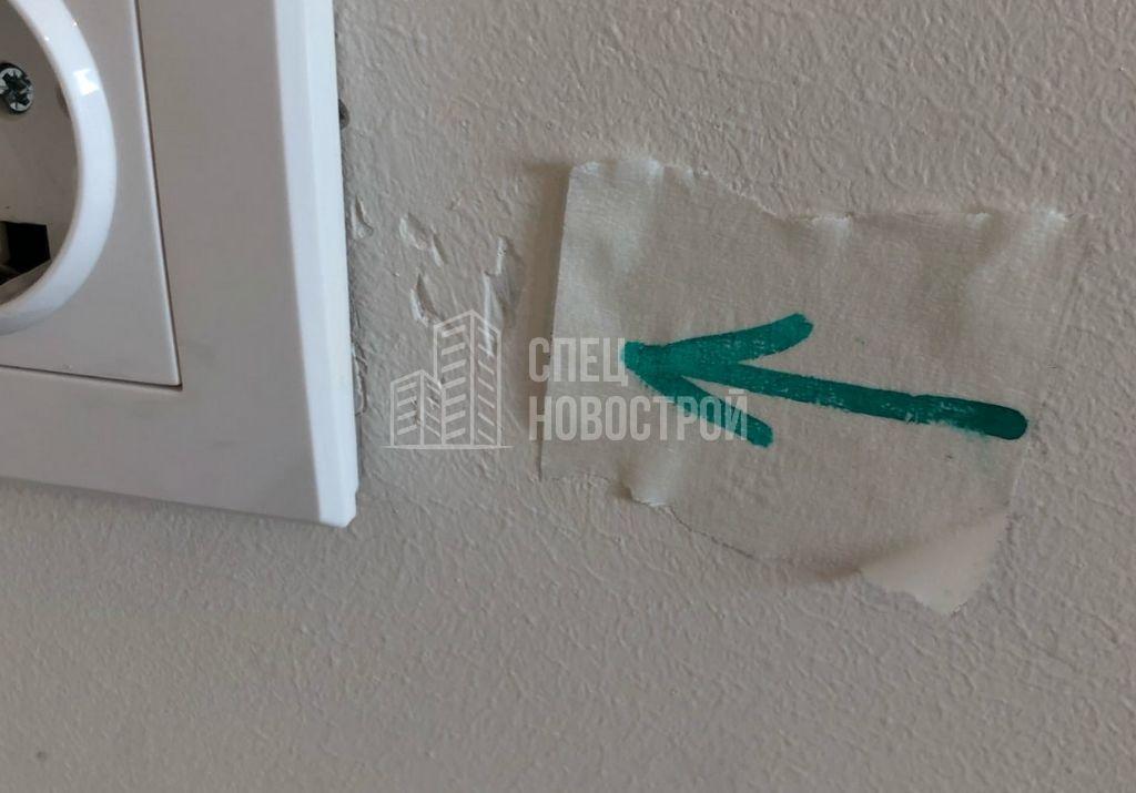 повреждения на декоративной штукатурке стены кухни