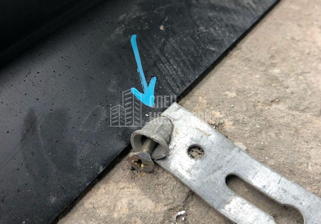 деформирован элемент крепления алюминиевого профиля витража остекления лоджии